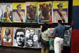 © Georges BARTOLI/MAXPPP. La place Bolivar en plein centre de Caracas nomee Esquina Caliente (carrefour brulant) ou se reunissent prioritairement les partisans du processus bolivarien initie par le president Hugo Chavez dans le pays. Le president combattu par les milieux d affaires jouit d une tres grande popularite dans les couches populaires ou il assimile a Simon Bolivar ou a Che Guevara.