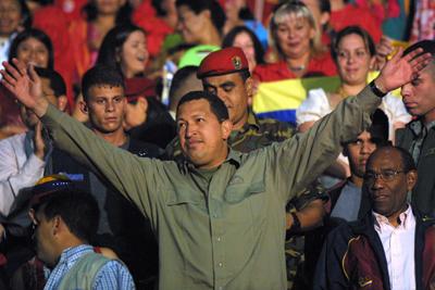 © Georges BARTOLI/MAXPPP. Le president de la republique du Venezuela Hugo Chavez Frias  participe a un meeting avec plusieurs milliers de femmes dans un gymnase de Caracas pour celebrer la journee de la femme le 8 mars.