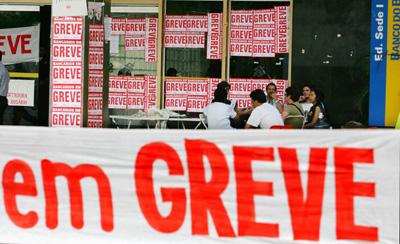 DF - BANCARIOS/GREVE - ECONOMIA - Faixas da greve dos bancários em frente a uma das agências do Banco do Brasil, no Setor de Autarquias Sul, em Brasília, nesta sexta-feira.  08/10/2004 - Foto: DIDA SAMPAIO/AGÊNCIA ESTADO/AE