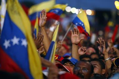 © Georges BARTOLI/MAXPPP. Meeting de soutien au president Chavez et au processus Bolivarien a Punto Fijo ou se trouve la principale raffinerie de PDVSA (pretroles venezuela socite d etat). Le controle de ce pole industriel et sa reprise en main par les ouvriers et l etat apres la greve des cadres en decembre a constitue l un des affrontements majeurs entre l opposition et le gouvernement chavez pour le controle de la ressource petroliere.