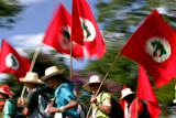 GO - MARCHA/MST - GERAL - Integrantes do Movimento Sem-Terra (MST) que participam da Marcha Nacional pela Reforma Agrária deixam acampamento montado próximo ao município de Abadiânia, a 90 quilômetros de Goiânia, e seguem em sua caminhada rumo à Brasília. A marcha entra hoje em seu 9º dia. A chegada à capital federal está prevista para o dia 16. 09/05/2005 - Foto: ED FERREIRA/AGÊNCIA ESTADO/AE