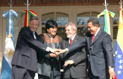 ARG - LULA/PRESIDENTES - ECONOMIA - Os presidentes Néstor Kirchner (Argentina)(e), Evo Morales (Bolívia), Luiz Inácio Lula da Silva (Brasil)(c) e Hugo Chávez (Venezuela)(d) durante encontro no Hotel Iguazu Grand Hotel Resort e Casino, na cidade de Puerto Iguazu, na Argentina, para discutir a decisão boliviana de nacionalização do gás e do petróleo, nesta quinta-feira. 04/05/2000 - Foto: AUREA CUNHA/GAZETA DO POVO/AE
