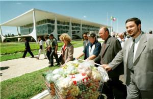 Aposentados e parlamentares da oposicao levam carrinho de supermercado para o Palacio do Planalto em protesto contra o baixo salario minimo. Lula Marques/folha Imagem