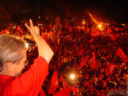 Raimundo Angelim (PT) dicursa em frente a Prefeitura de Rio Branco,para milhares de pessoas. Rio Branco (AC) 04.10.2004 Foto: Marcos Vicentti/Folha Imagem.