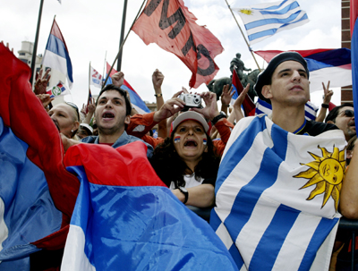 Uruguayans cheer as President Tabare Vazquez passes through the center of Montevideo, soon after he was sworn in to office, March 1, 2005. Vazquez was sworn in to head the first leftist government in Uruguay's history. REUTERS/Enrique Marcarian