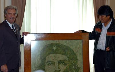 """BOL - BOLÍVIA/VAZQUEZ - INTERNACIONAL - O presidente da Bolívia, Evo Morales (d), presenteia seu colega uruguaio Tabaré Vázquez com um quadro com o rosto do líder revolucionário Ernesto """"Che"""" Guevara no Palácio Governo em La Paz. Vázquez iniciou hoje uma visita oficial à Bolívia.  13/03/2006 - Foto: ZACARIAS GARCIA/EFE/AE"""